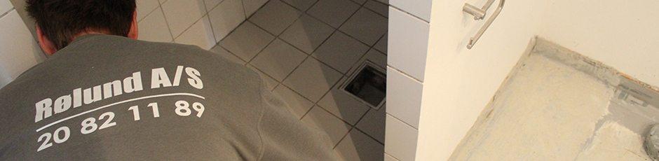 Tømrer arbejder på badeværelse